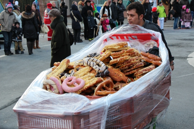 Before the parade rolled through, these wagons of pretzels came up the parade route. Very festive!